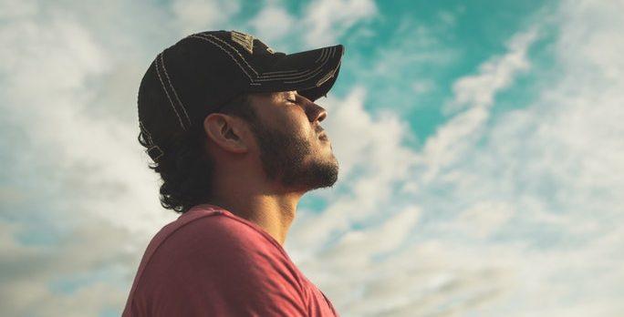 Mann macht Enstpannungstechnik und Atemtechnik