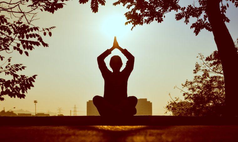 Klassische Meditation im Lotussitz im Sonnenuntergang