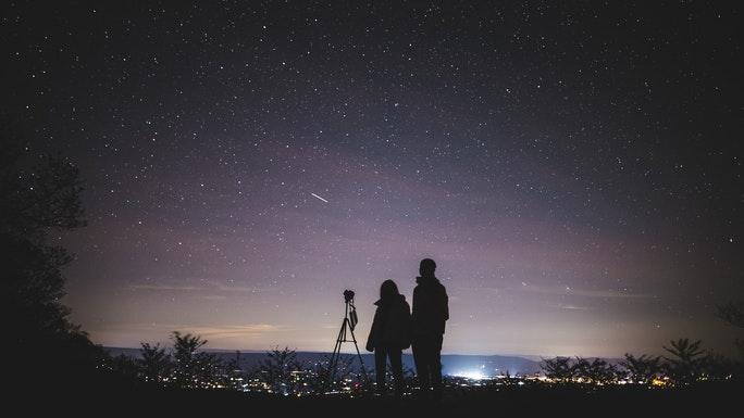 Menschen schauen in den Sternenhimmel mit Teleskop