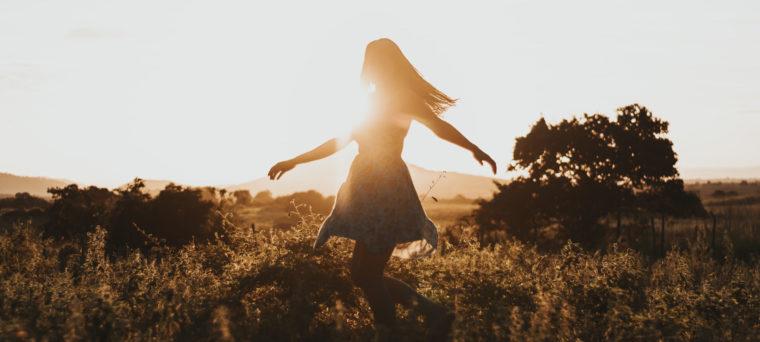 Die sechste der Meditationsarten ist die Tanzmeditation, die Frau tanzt im Sonnenuntergang