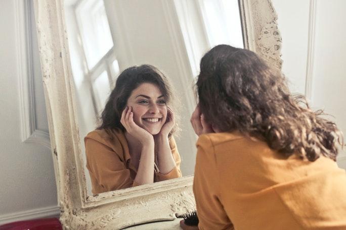 Selbstreflexion Frau in Spiegel